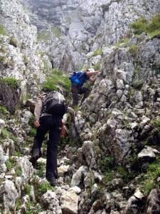 (02) Urcand pe valcelul Cabanierului - eu si Ana